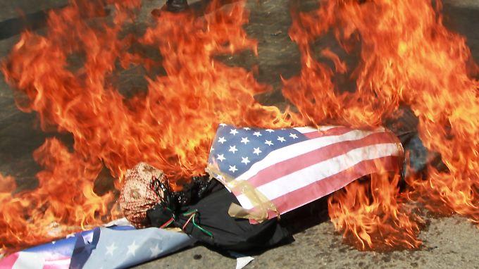 Anhänger der Hamas verbrennen im Gazastreifen US-Flaggen.