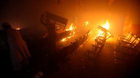 In Pakistan arteten die Proteste dagegen in Gewalt aus: Hier zerstören Demonstranten ein Kino in Peshawar.