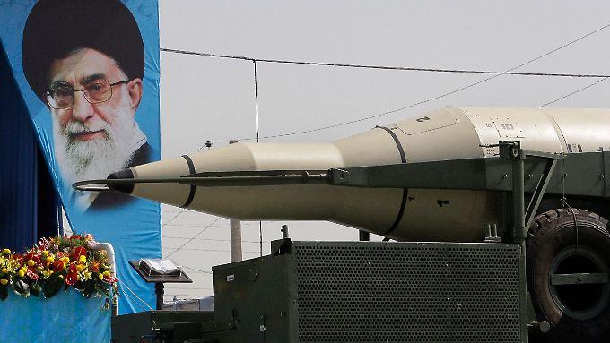 Eine Rakete, Ayatollah Ali Khamenei und Blumen: Der Iran feiert mit einer Militärparade den Beginn des Irak-Kriegs vor 32 Jahren.
