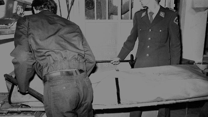 Der Leichnam von Uwe Barschel wird am 11. Oktober 1987 aus dem Hotel Beau-Rivage in Genf abtransportiert.