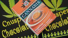 Zuckerfreie Cannabis-Pastillen und Knusperschokolade mit gerösteten Hanfsamen, ...