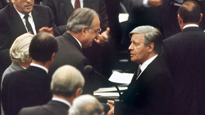 Der Machtwechsel in Bonn: Helmut Schmidt gratuliert seinem Nachfolger Helmut Kohl.