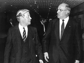Schmidt und Kohl auf dem Weg zur Amtsübergabe.