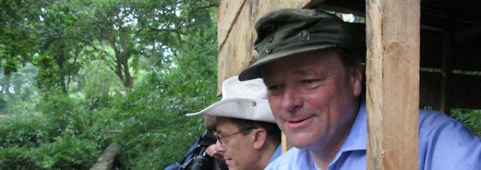 Entwicklungsminister mit Bundeswehrmütze: Bei seiner ersten großen Auslandsreise als Minister besuchte Niebel im Januar auch eine Berggorilla-Waisenstation im Kongo.