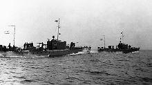 So zwingt die US-Marine ein sowjetisches, mit Atomtorpedo ausgestattetes Schiff zum Auftauchen. Justizminister Robert F. Kennedy macht Chruschtschow über den sowjetischen Botschafter am Abend ein letztes Angebot.