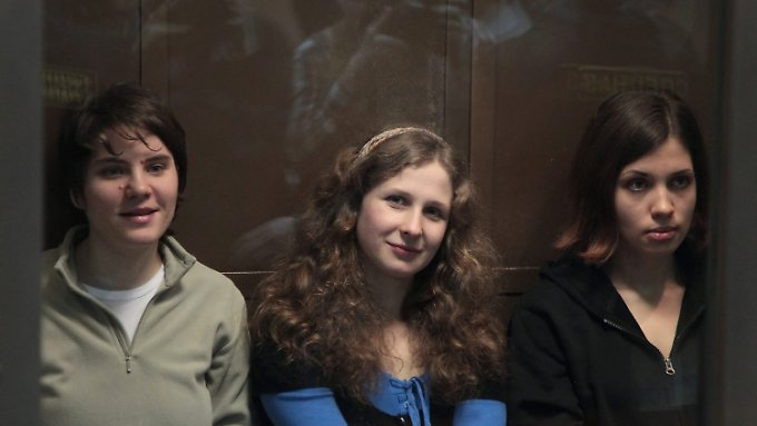 Zwei Sängerinnen müssen ins Straflager: Ein Mitglied von Pussy Riot in Freiheit