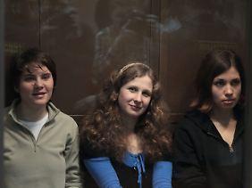 Die Aktivistinnen von Pussy Riot vor Gericht.