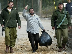 Scheich Hassan Jussef (M) 2004 bei der Entlassung aus dem Gefängnis.