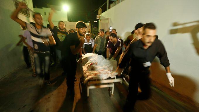 Bei einem israelischen Raketenangriff in Gaza werden zwei militante Palästinenser getötet.