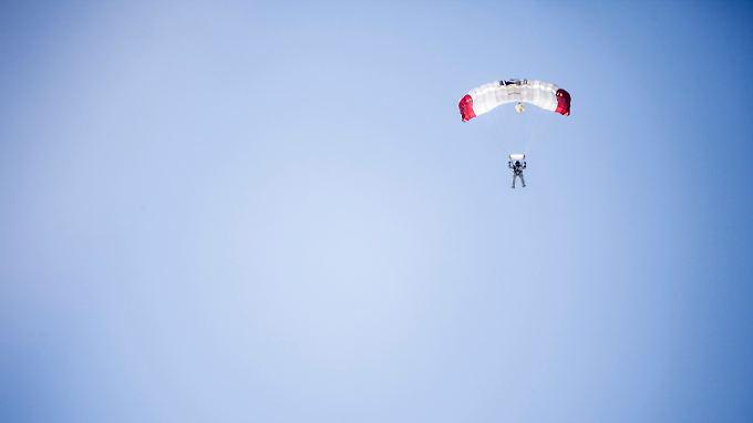 Nach 4 Minuten und 20 Sekunden im freien Fall öffnet Baumgartner seinen Fallschirm.