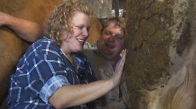 Sonja und Kurt unter der Kuh vereint.
