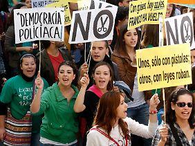 Studierende und Schüler in Spanien wehren sich gegen Einsparungen im staatlichen Bildungssektor.