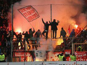 Da brennt der Gästeblock: Nürnberger Fans in Bochum.