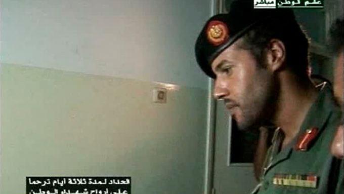 Chamis al-Gaddafi bei einem Besuch von Verwundeten im August 2011.