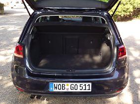 Der Kofferraum fasst maximal 1270 Liter und wartet mit einer Golf-Premiere auf.