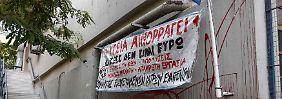 """""""Die Gesundheit blutet"""" steht auf dem Banner außerhalb des Evangelismos-Krankenhauses in Athen."""
