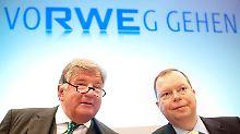 Der neue RWE-Chef Peter Terium (r.) kehrt dem Atomkurs seines Vorgängers Jürgen Großmann (l.) den Rücken  und will künftig Solarparks statt Kernkraftwerke bauen.