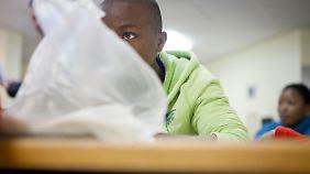 Ein junger Asylsuchender aus Malawi in der hessischen Erstaufnahmeinrichtung für Flüchtlinge am Frankfurter Flughafen.