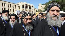 Koptische Priester stehen an, um ihre Stimme abzugeben.