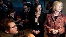 Maria Böhmer (r.) und Dilek Kolat (M.) besuchen die Mahnwache der Flüchtlinge.