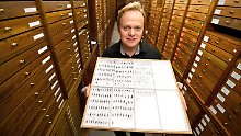 Der Entomologe Lars Krogmann zeigt einen Schaukasten mit Captain Cook's Wespen im Löwentormuseum in Stuttgart.