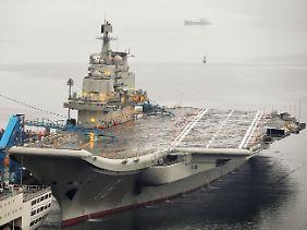 """In den Docks von Dalian: Die """"Liaoning"""", Chinas erster Flugzeugträger."""