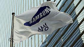 Samsung hält seit 1993 am blauen Logo fest. Apple setzt seit 1977 auf den stiliserten Apfel, bis Ende der 90er Jahre war er allerdings noch bunt.