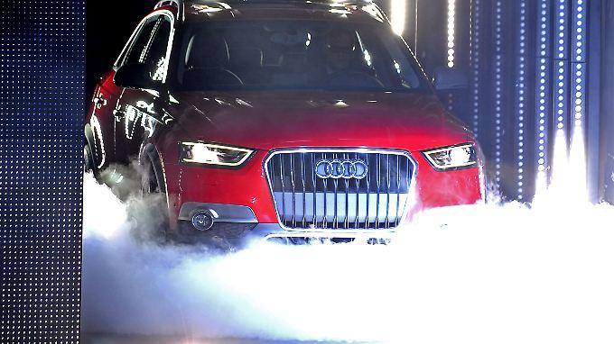 Verfolger aus dem Nebel: Audi will an BMW ran und dann vorbei.