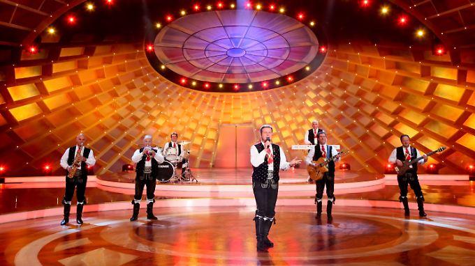 """Die Volksmusikgruppe """"Kastelruther Spatzen"""" mit Sänger Norbert Rier (vorn) 2009 während der Fernseh-Show """"Die Krone der Volksmusik"""" in Chemnitz."""