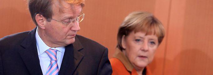 Merkel und Pofalla bei der Kabinettsrunde.