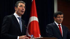 Nato-Generalsekretär Rasmussen und der türkische Außenminister Davutoglu.