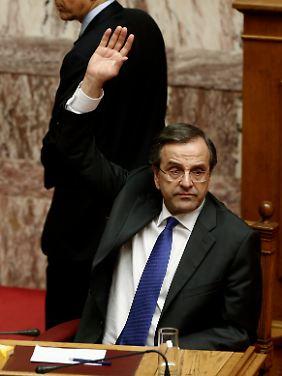 Zornige Bürger belagern das Parlament: Regierungschef Samaras stimmt für Ja.