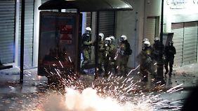 Parlament beschließt Sparpaket: Polizei geht gegen Demonstranten vor