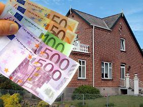Niedrige Zinsen verlocken zum Hauskauf. Doch nicht jeder kann sich das wirklich leisten. Denn ohne ausreichende Rücklagen sollte niemand eine Immobilie erwerben.