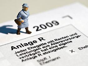 Immer mehr Rentner müssen eine Steuererklärung abgeben - was nicht unbedingt heißt, dass sie Steuern nachzahlen müssen.