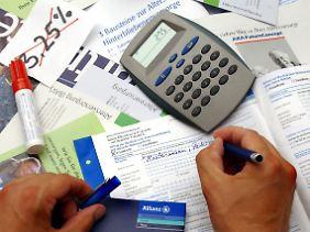 Durch die Neuregelung würden viele Versicherte, deren Policen in der aktuellen Niedrigzinsphase zur Auszahlung anstehen, spürbar weniger Geld bekommen.
