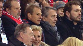 Jürgen Klinsmann, Trainer der US-Nationalmannschaft, schaut zu, wie in Mainz gespielt wird.