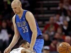 Charlotte Bobcats' Ramon Sessions verliert den Ball an Chris Kaman von den Mavs.