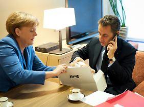 Repräsentativ für Qualitätsspielzeug aus Deutschland: Auf dem kurzen Dienstweg überreichte die Kanzlerin im Herbst 2011 Nicolas Sarkozy ein sorgsam ausgesuchtes Steiff-Produkt.