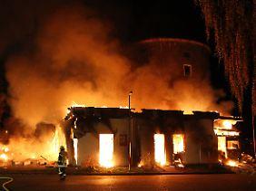Lichterloh brannte das Gebäude.