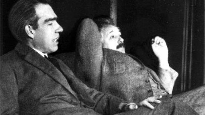 Die beiden Giganten der Physik ihrer Zeit: Niels Bohr mit seinem komplementären Gegenstück Albert Einstein Ende 1925.