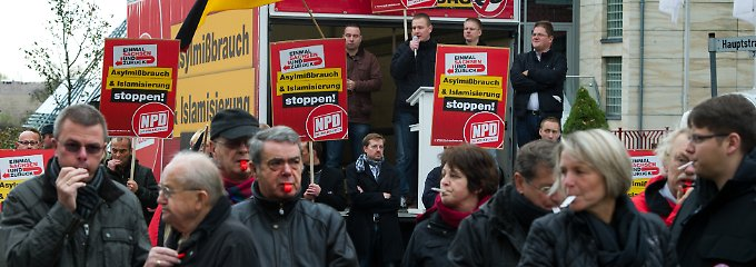 Extreme Formen eines weit verbreiteten Problems: Nazis in Sachsen. (vorn: Gegner der NPD-Kundgebung in Riesa am 3. November)