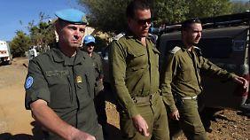 Israelische Soldaten und ein UN-Offizier treffen auf den Golan-Höhen ein, um dort eine aus Syrien abgefeuerte nicht explodierte Granate zu inspizieren.