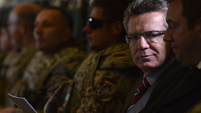 Innerhalb Afghanistans reiste de Maiizère mit einem Militärflugzeug weiter.