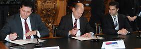 Olaf Scholz (Mitte) setzt den Schlusspunkt unter langjährige Verhandlungen mit muslimischen Verbänden.