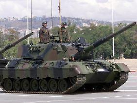Ein deutscher Leopard-Panzer der türkischen Armee während einer Militärparade in Ankara.