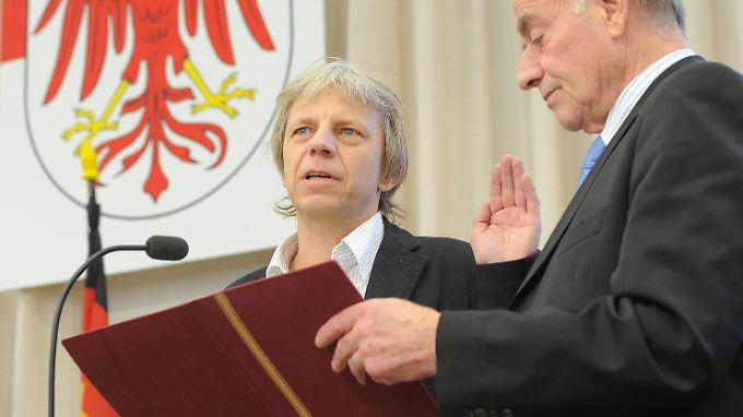 Brandenburgs Landtagspräsident Gunter Fritsch (r., SPD) vereidigt Dresen nach seiner Wahl zum Richter.