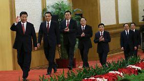 Im Entenmarsch kommen die Mitglieder in die Große Halle des Volkes.
