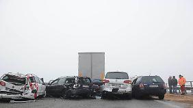 Rund 40 Fahrzeuge waren in die Unfälle auf spiegelglatter Strasse verwickelt.