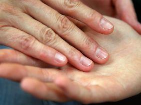 Jeder Mensch trägt einen speziellen Bakterienmix auf seiner Haut. Diese bilden die sogenannte Hautflora.